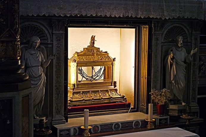 מה יש לראות בכנסיית סן פייטרו אין וינקולי